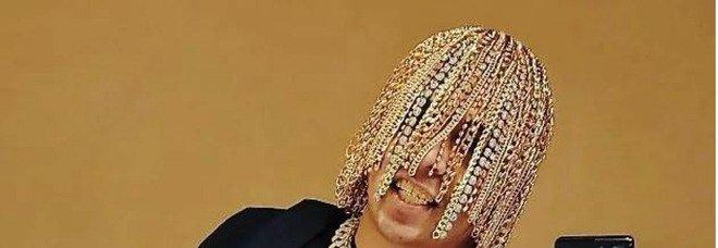 Dan Sur, il rapper si fa impiantare catene d'oro e diamanti al posto dei capelli: «Adesso non può copiarmi nessuno»