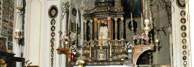 La Madonna di Loreto ha abiti troppo sfarzosi, don Sergio la sveste: «Maria era una donna povera»