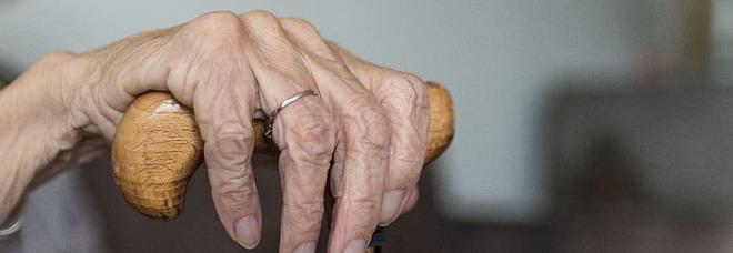 A 90 anni mette in fuga il ladro entrato in casa sua: «Quella me**a mi ha rubato le sigarette»
