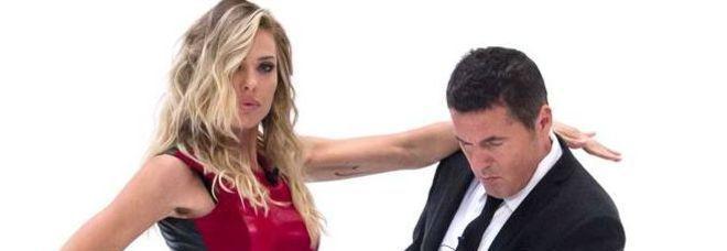 Ilary Blasi, risate e incidente sexy sul set con Teo Mammucari