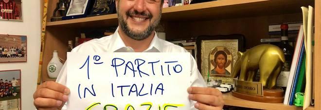 Matteo Salvini: «Una sola parola: GRAZIE Italia!». Poi con il crocifisso in mano: «Ora si cambia»