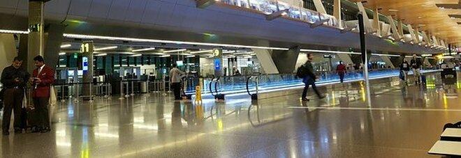 Neonato abbandonato in aeroporto, decine di donne costrette a sottoporsi a visite ginecologiche per rintracciare la madre