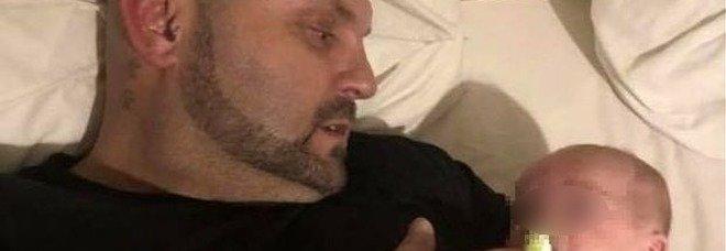 Dj si addormenta con il figlio di 8 mesi in braccio e muore nel sonno: ucciso da un mix di droga e alcol