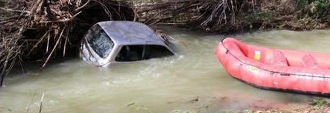 Maltempo, auto sbanda e finisce nel torrente: 2 morti in Calabria. 54 mm di pioggia in 3 ore