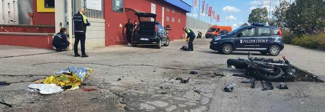 Spaventoso schianto con la moto contro un'auto: Mino muore a 25 anni