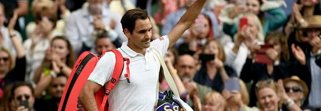 Wimbledon, Federer eliminato in tre set da Hurkacz. Il campione svizzero esce tra gli applausi VIDEO