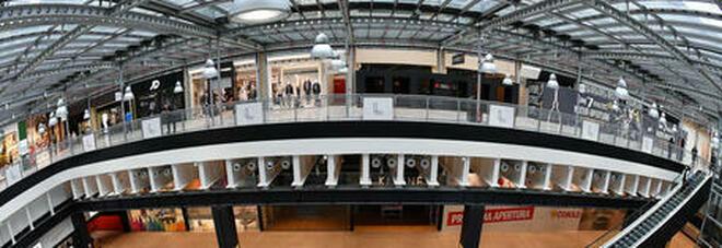 Decreto Riaperture, saltano i centri commerciali aperti nel weekend. Salvini: «Schiaffo al buonsenso». Un coro di proteste