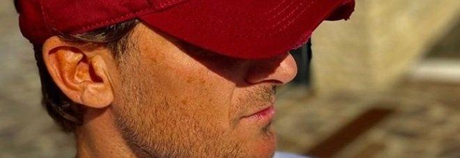 Francesco Totti positivo al Covid, la prima foto dalla quarantena. Ma il cappello inganna i fan