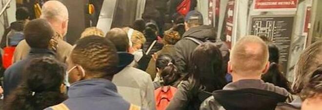 Roma, tutti in fila in metropolitana tranne... la Raggi: dalla linea A alla C assembramenti e niente distanziamento