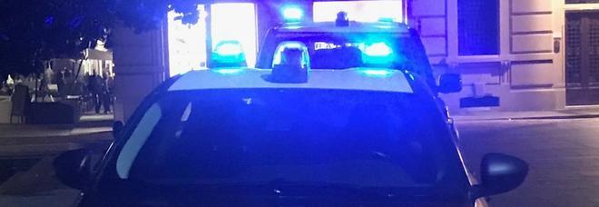 Rapina a mano armata, i titolari del negozio in ostaggio: i ladri fuggono con un bottino di 5 euro
