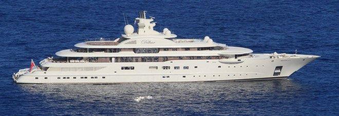 Il mega yacht Dilbar in Costa Smeralda oscura l'Olivia O: è il sesto più grande al mondo