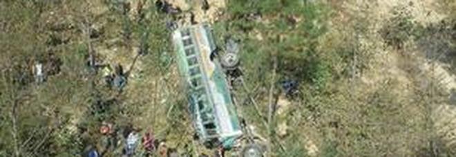 Bus precipita in un burrone di 200 metri: 19 morti, anche una donna incinta -Foto