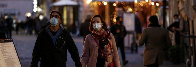 Covid, mascherine e distanziamento salvano la vita: «Abbassano di mille volte la carica virale»