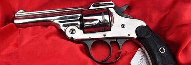 Bambino di 5 anni trova una pistola e uccide il fratello: pensava fosse un giocattolo