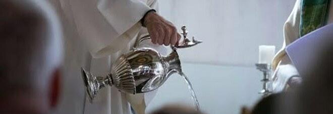 Neonato muore dopo il battesimo: è stato immerso tre volte nell'acqua