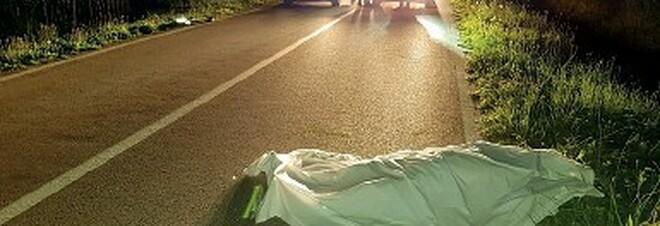 Scende dal bus e attraversa la strada: donna di 53 anni travolta e uccisa da un'auto