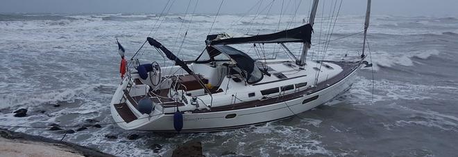 Barca a vela in balia della bufera coniugi salvati con l for Parti di una barca a vela