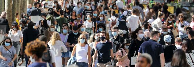 Addio mascherina all'aperto, ecco da quando: il Governo verso una decisione. Sileri: «Teniamola nel taschino»