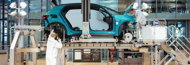 Metalmeccanici, firmato il nuovo contratto nazionale: 112 euro di aumento fino al 2024