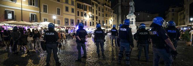 Roma, movida violenta: lanci di bottiglie e risse contro le forze dell'ordine a Campo de' Fiori