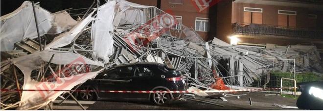 Roma, impalcatura di sette piani crolla sulle auto: panico nella notte a Cinecittà