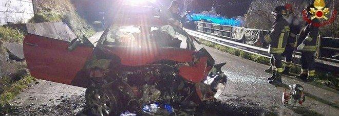 Auto contro un muro: morti due fidanzati 20enni. Feriti tre amici, uno è gravissimo. Ritornavano da una festa