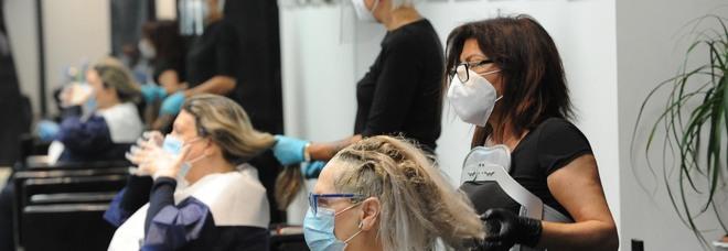 Coronavirus, due parrucchiere positive: «Grazie alle mascherine non hanno contagiato nessuno»