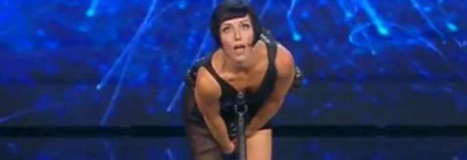 Suona un kazoo senza slip poi spiega la sua esibizione hot televisione - Dive senza slip ...