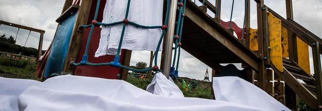 Roma choc, suicidio in un parco per bambini: uomo si impicca a 47 anni con una sciarpa