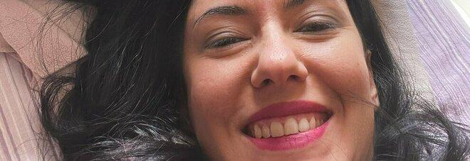 Sorridente con l'amico a quattro zampe, gli auguri per la Pasquetta dell'ex ministra Azzolina