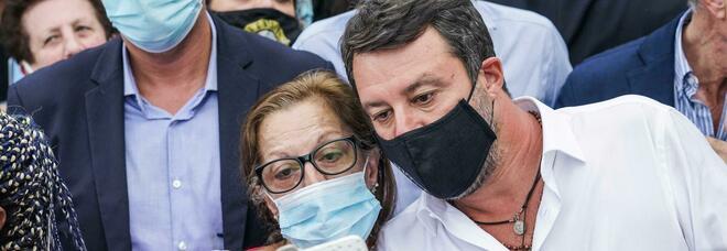 Salvini, dolori alla spalla per colpa dei troppi selfie: «Ho preso tre Muscoril»