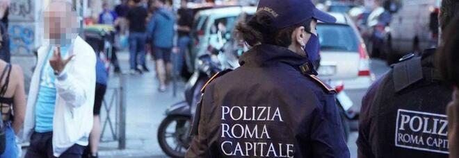 Roma, polizia locale interviene per disperdere assembramenti a San Lorenzo e viene accerchiata: due giovani arrestati