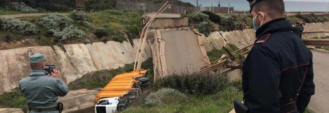 Ponte crolla mentre passa un compattatore dei rifiuti: camion nel burrone FOTO