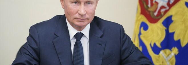 Vladimir Putin firma la legge che gli consentirà di essere eletto fino al 2036