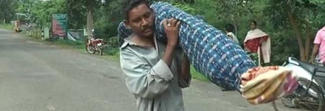 Porta il corpo di sua moglie morta in spalla per 12 km: l'ospedale gli aveva negato un veicolo