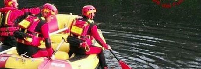 Gita tragica sul fiume: canoa si ribalta, un morto e un ferito gravissimo