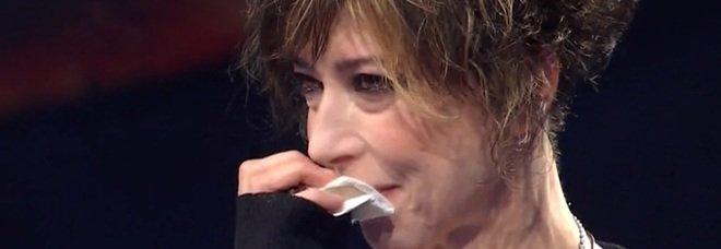 Veronica Pivetti piange a Canzone Segreta: «Io e Paolo Conticini a letto insieme». Fan in estasi: «Fateli tornare»