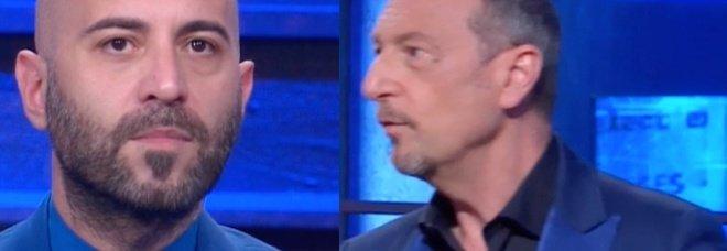 Amadeus. Giuliano Sangiorgi ai Soliti Ignoti, il gesto dei cameraman spiazza tutti: «È la prima volta che succede»