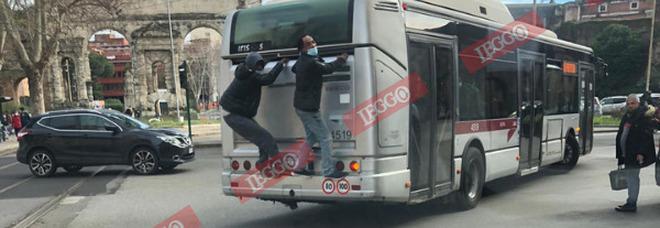 """Roma, due passeggeri viaggiano """"attaccati"""" al bus: la scena che indigna in pieno centro"""