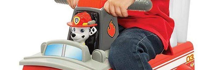 Papà si sente male, il figlio di 3 anni guida il suo camion giocattolo nel traffico e gli salva la vita