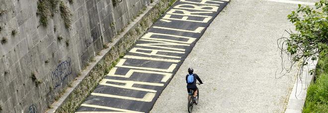 Roma, ciclabile sul Tevere. Spunta la scritta di protesta: «E non lasciano l'erba...»