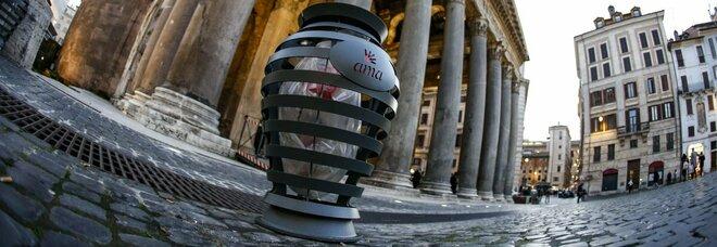Roma, i nuovi cestini sembrano...urne cenerarie. E sul web e tra i romani è gara di scaramanzie