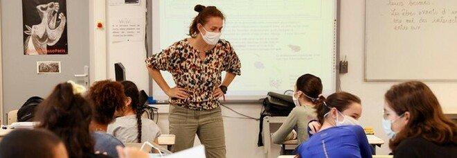 """Scuola, allarme """"classi pollaio"""": sovraffollamento e scarsa gestione. «Al terzo anno di covid non è cambiato nulla»"""