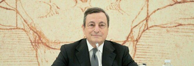 Draghi: «Prenotate le vacanze in Italia. Green pass pronto a metà maggio»