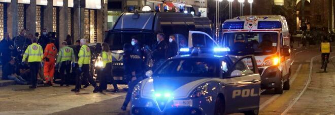 Milano, scontri con la polizia durante i controlli per assembramenti e coprifuoco: lanci di bottiglie e persone in fuga