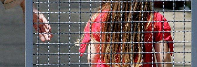 Bacia sulle labbra una bambina al parco: 37enne arrestato. Le urla della mamma