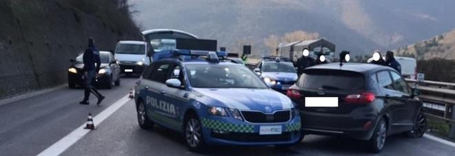 Contromano per 40 km in autostrada, gli sparano alle gomme per fermarlo: inseguimento choc