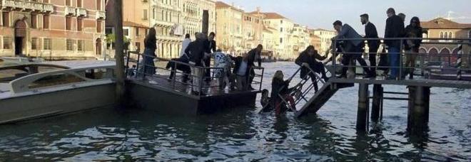 timeless design dee16 eb7c4 Venezia, cede il pontile alla mostra di Prada, 10 ospiti Vip ...
