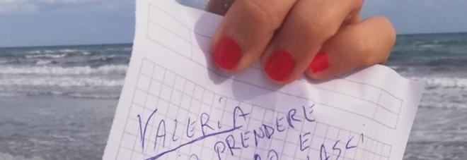 «Voglio prendere la tua mano»: il messaggio nella bottiglia dal mare al bar, in cerca della misteriosa Valeria
