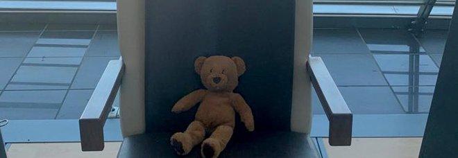 Peluche dimenticato all'aeroporto di Torino, la piccola proprietaria ritrovata dopo l'appello sui social: «L'orsetta Lucilla ti aspetta»